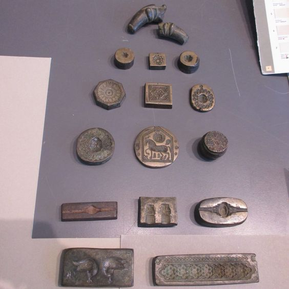 Metal pieces before being in a frame